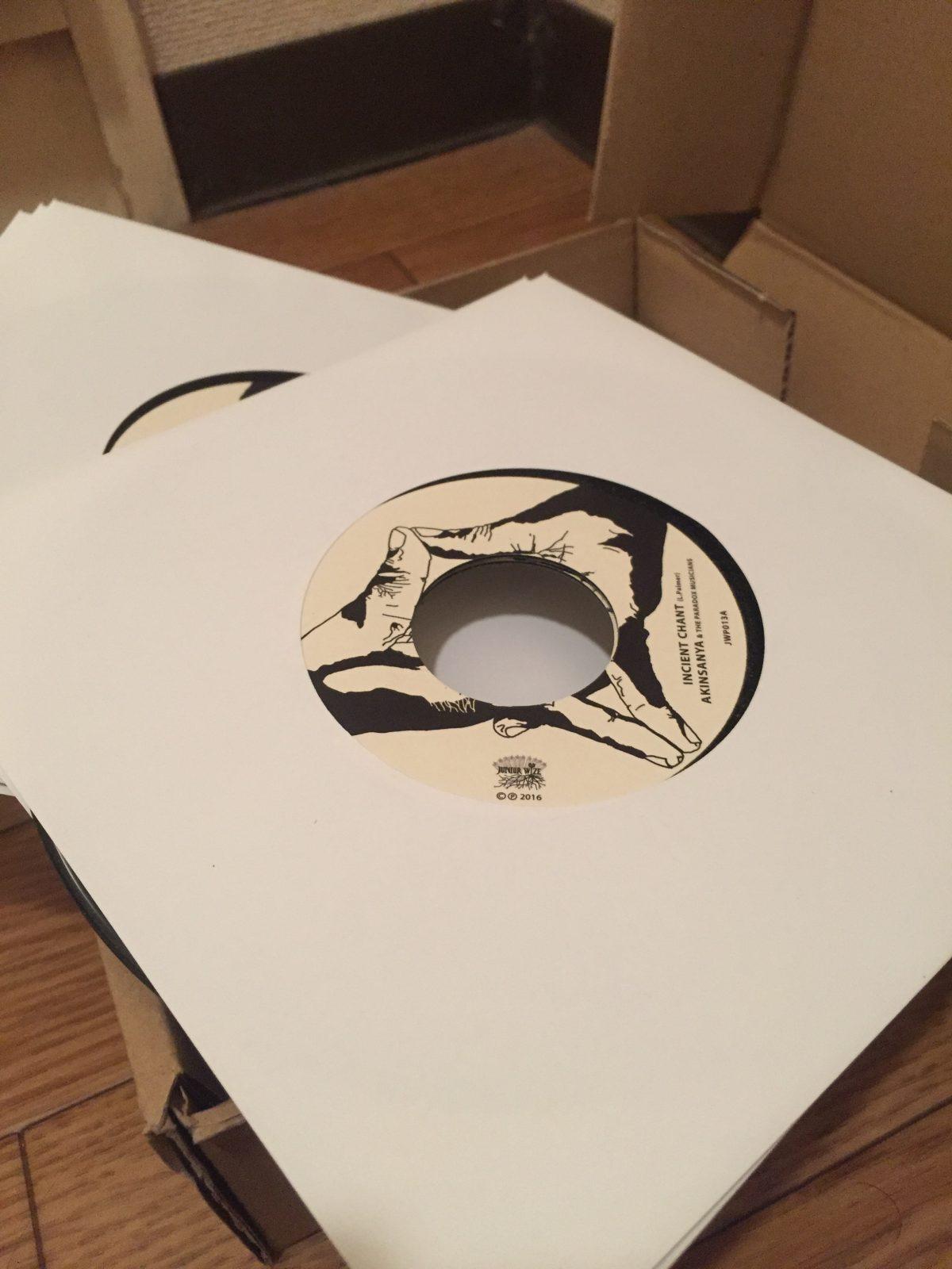 """次期リリースタイトルの 7"""" レコードが到着!"""